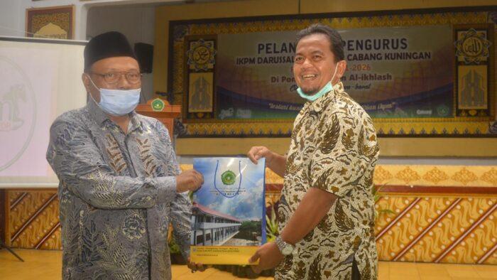 Penyerahan Cendera Mata dari Pimpinan Pondok Pesantren Modern Al-Ikhlas ke Ketua Umum FORBIS IKPM Gontor