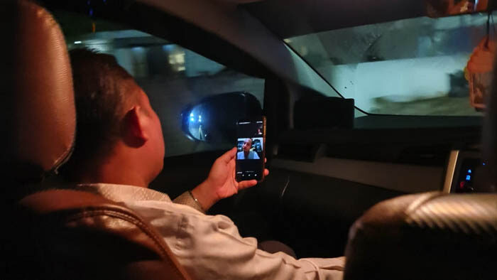Ust. Dr. Adib Fuadi Ketua Umum PP IKPM menghadiri acara rapat bulanan FORBIS melalui zoom dalam kendaraan