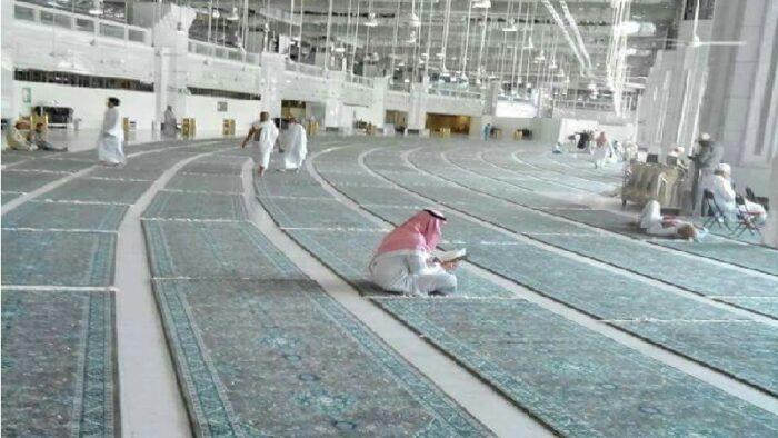 Foto: Beginilah Karpet di Masjidil Haram Dibersihkan