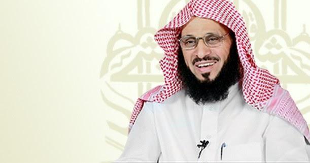 """Syaikh Aidh Al-Qarniy Menghadiahkan Pertama Kali Buku Terbarunya """"Al-Hall"""" Kepada Raja Salman"""