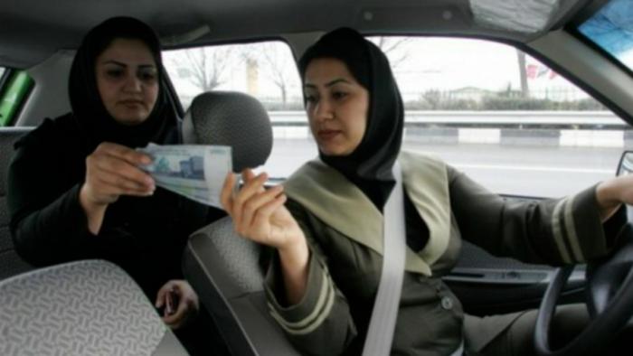 Wanita Saudi Menyopiri Taksi Luar Kota
