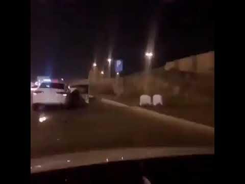 Mobil Dua Orang Ini Tabrakan di Jalan Raya, Kemudian Shalat Berjamaah Menunggu Polisi Tiba