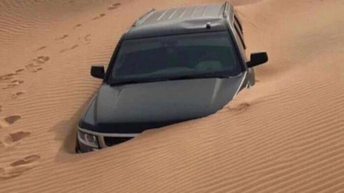 Viral: Mobil Terkubur Pasir di Gurun